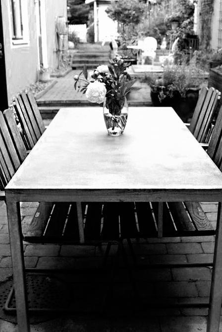 Betongbord med ben av galvat stål